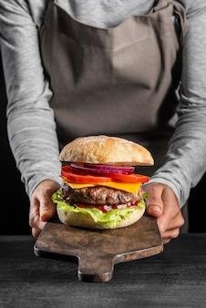 Hambúrguer frontal com vegetais e carne