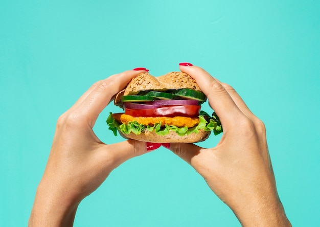 Hambúrguer gostoso com salada e legumes