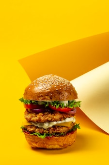 Hambúrguer grande com costeleta dupla de frango