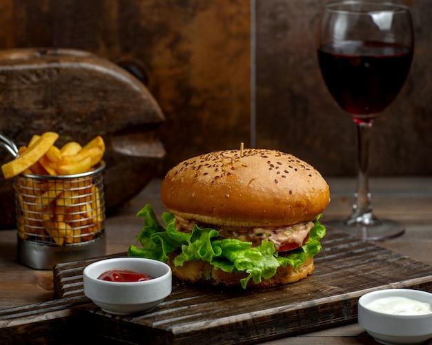 Hambúrguer grande com pão macio e batatas fritas