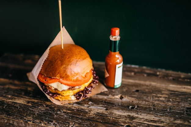 Hambúrguer grelhado com batata na mesa, closeup