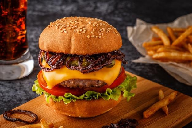 Hambúrguer, hambúrguer com batatas fritas e legumes frescos.