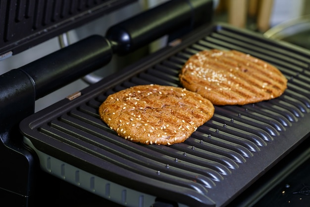 Hambúrguer integral na grelha elétrica