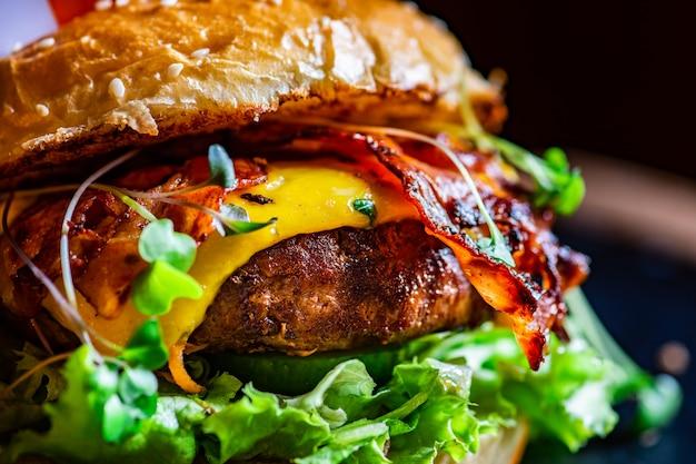 Hambúrguer irlandês com bacon