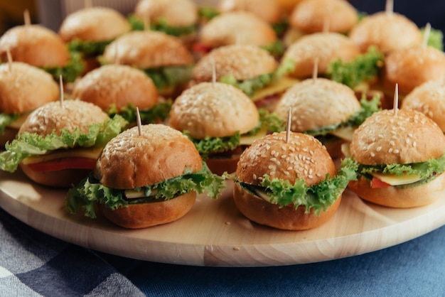 Hambúrguer na mesa de madeira. hambúrguer caseiro. refeição de fastfood