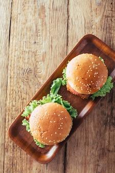 Hambúrguer no fundo da mesa de madeira