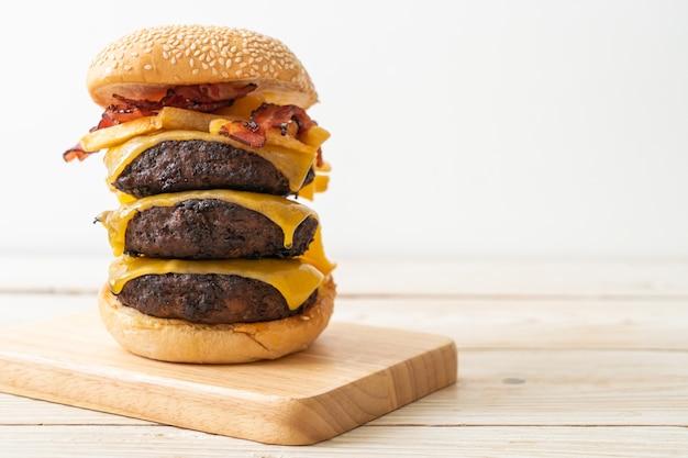 Hambúrguer ou hambúrguer de carne com queijo, bacon e batatas fritas - estilo de comida não saudável