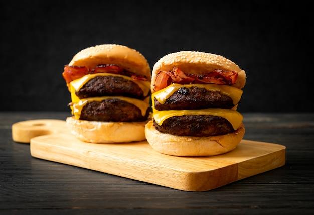 Hambúrguer ou hambúrguer de carne com queijo e bacon - estilo de comida não saudável