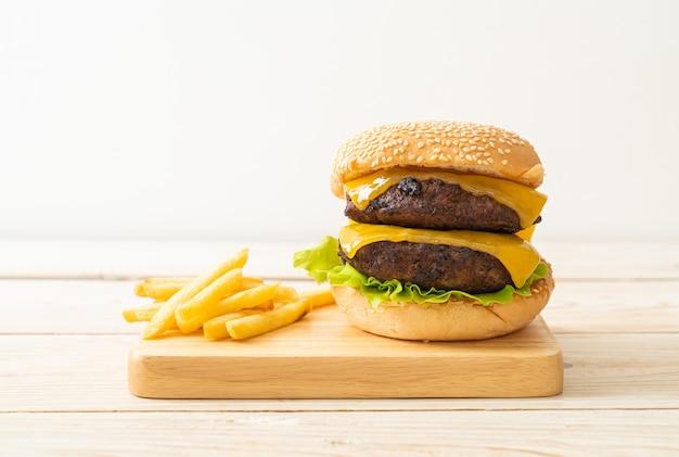 Hambúrguer ou hambúrguer de carne com queijo e batatas fritas - estilo de comida não saudável