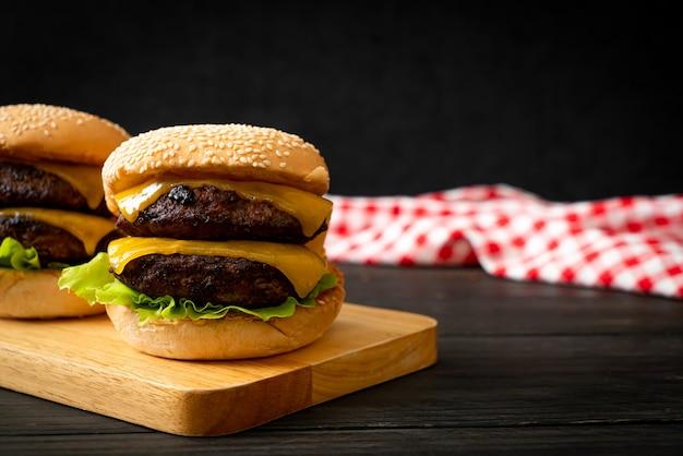 Hambúrguer ou hambúrguer de carne com queijo - estilo de comida não saudável