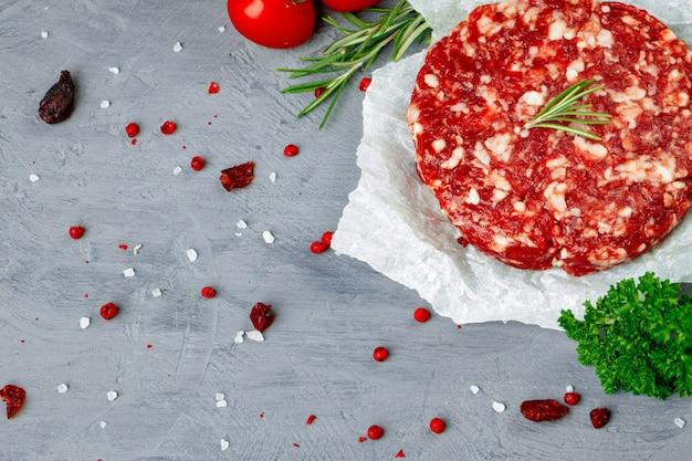 Hambúrguer picado caseiro fresco de bife de carne