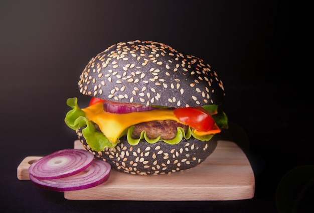 Hambúrguer preto caseiro com costeleta e legumes