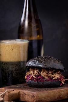 Hambúrguer preto com cerveja escura
