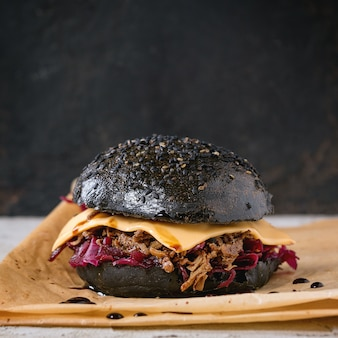 Hambúrguer preto com ensopados