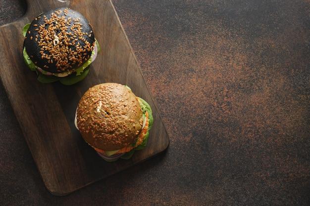 Hambúrguer preto vegan de vegetais e almôndega de cenoura