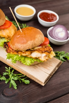 Hambúrguer saboroso com cebola e molhos