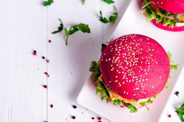 Hambúrguer saboroso com, salsicha, alface e maionese, servido em um prato branco