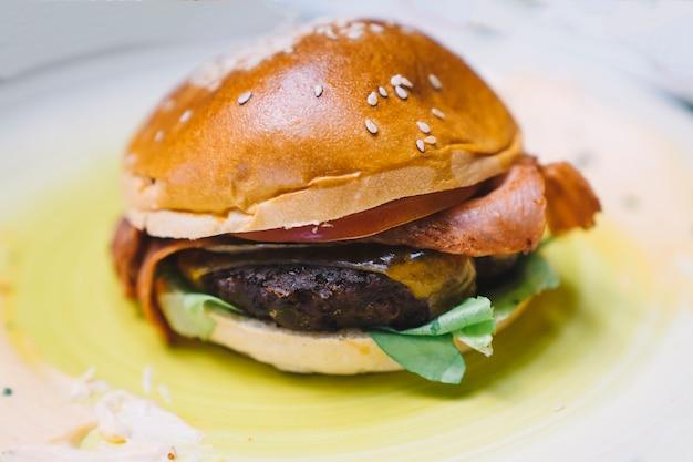 Hambúrguer saboroso sobre o azeite