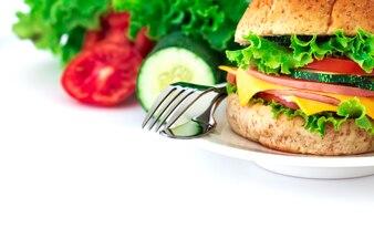 Hambúrguer sanduíches de pão com bacon, presunto e queijo com vegetais