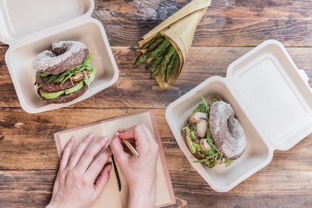 Hambúrguer saudável e embalagem sem resíduos