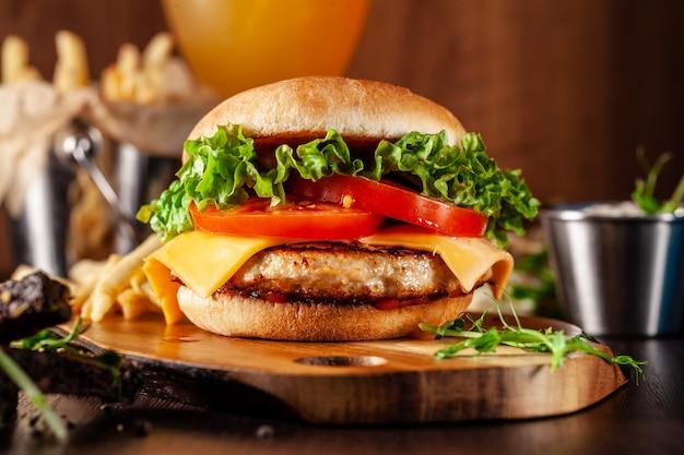 Hambúrguer suculento americano com rissol de carne.