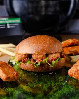 Hambúrguer suculento com nuggets de frango em massa