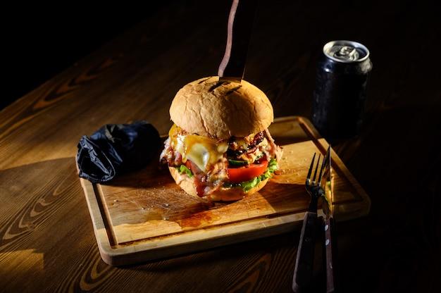 Hambúrguer suculento grande em uma placa de corte