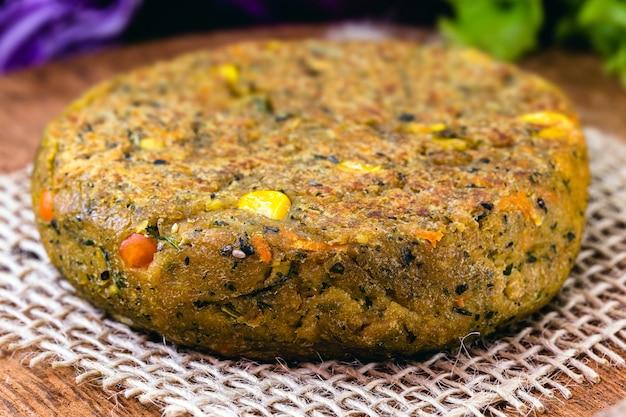 Hambúrguer vegan, feito com vegetais e proteínas, sem produtos de origem animal. comida vegana e vegetariana