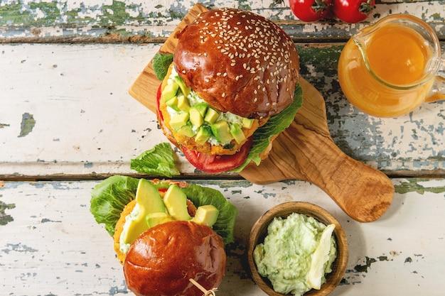 Hambúrguer vegano com cenoura