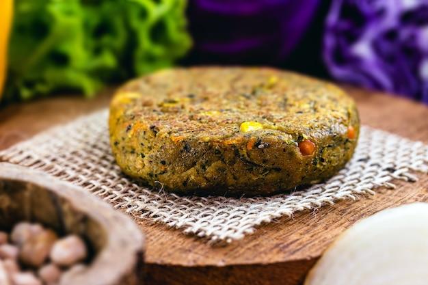 Hambúrguer vegano, feito com vegetais e proteínas, sem produtos de origem animal. comida vegana e vegetariana