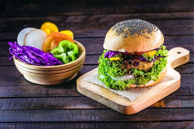 Hambúrguer vegano, feito de soja, vegetais, grãos, sementes e sem produtos de origem animal