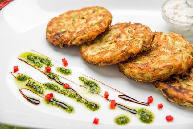 Hambúrguer vegetariano com espinafre e legumes