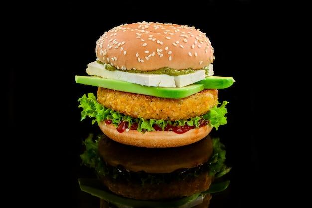 Hambúrguer vegetariano com feijão, abacate e queijo tofu