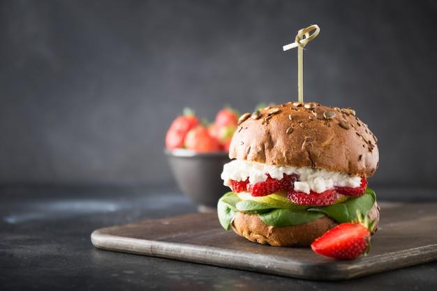 Hambúrguer vegetariano com morango e espinafre