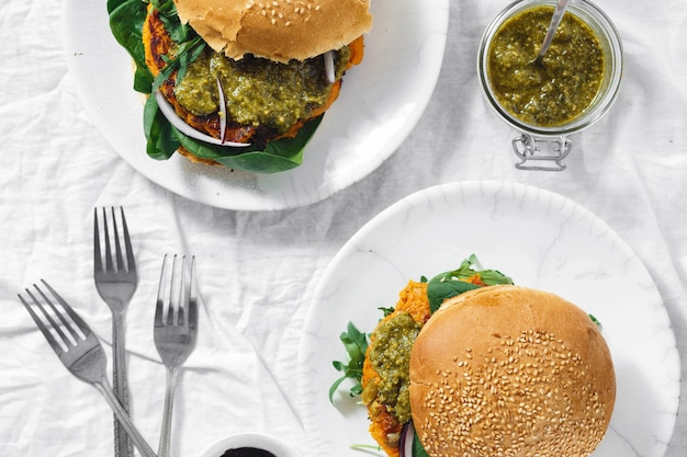 Hamburguer vegetariano costeleta de abóbora espinafre rúcula pesto vista superior comida saudável