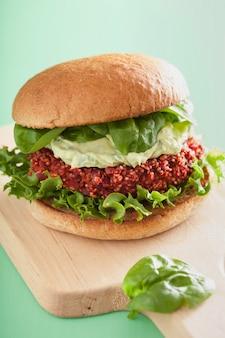 Hambúrguer vegetariano de beterraba e quinoa com molho de abacate