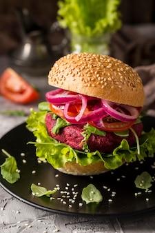 Hambúrguer vegetariano de vista frontal no prato