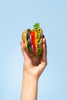 Hambúrguer vegetariano delicioso em uma mão de pessoa