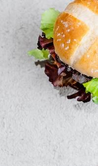 Hambúrguer vegetariano na superfície de madeira com legumes. comida vegetariana saudável. seitan, soja