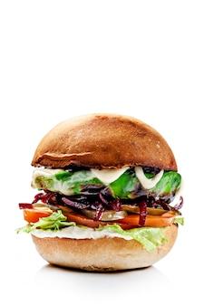Hambúrgueres americanos de pão vermelho.