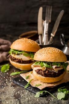 Hambúrgueres angulares com bacon