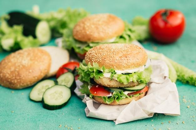 Hambúrgueres apetitosos com ingredientes