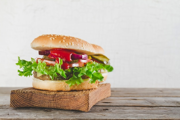 Hambúrgueres apetitosos com tomate e alface