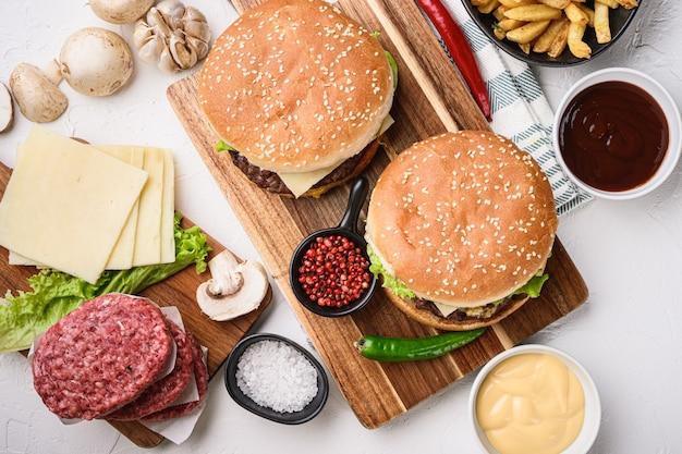Hambúrgueres caseiros de carne com costeletas de carne moída
