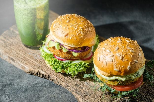 Hambúrgueres caseiros veganos com pão sem glúten e costeleta e smoothie de vegetais à base de vegetais