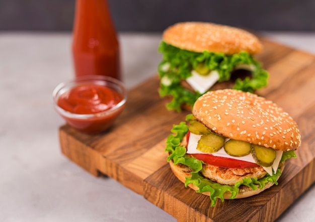 Hambúrgueres clássicos de close-up com ketchup