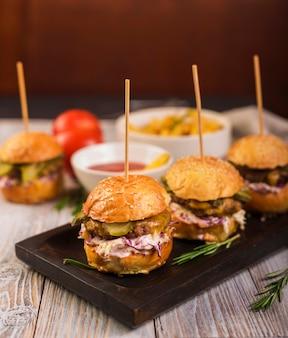 Hambúrgueres clássicos prontos para serem servidos com close-up