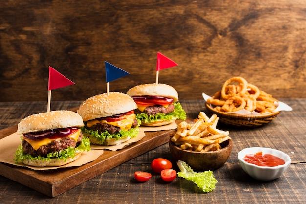 Hambúrgueres com bandeiras coloridas e anéis de cebola