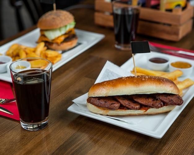 Hambúrgueres com bifes e copo de coca-cola.
