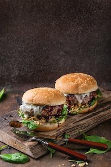 Hambúrgueres com carne e espinafre